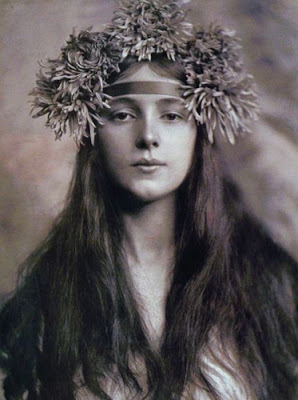 evelyn nesbit with flowers in her hair
